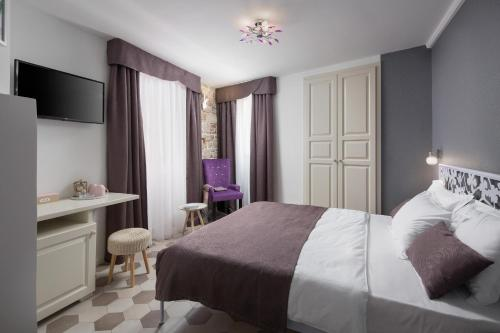 A bed or beds in a room at Noemi's rooms