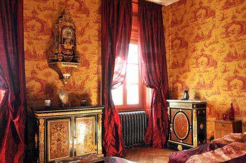 Télévision ou salle de divertissement dans l'établissement Château des Faugs