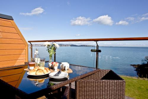 Avocet 2, Luxury Coastal Apartment with Private Parking & Swimming Pool