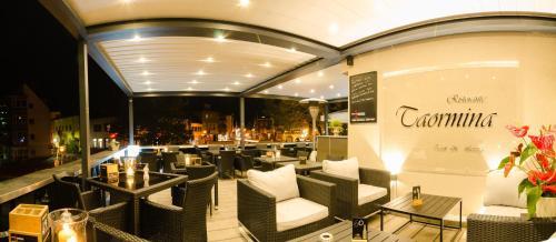 Ein Restaurant oder anderes Speiselokal in der Unterkunft Hotel Taormina