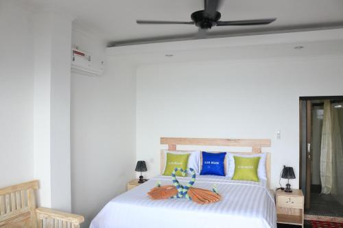 Un ou plusieurs lits dans un hébergement de l'établissement Alur Beach Homestay