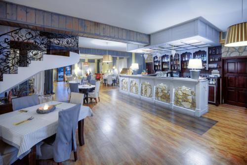 Restauracja lub miejsce do jedzenia w obiekcie Restauracja Sidło