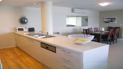 A kitchen or kitchenette at The Reef 304 - Lakeside!