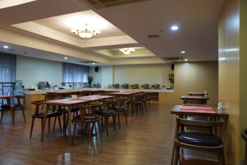 A restaurant or other place to eat at Yes Hotel (Xin He Yuan Branch)