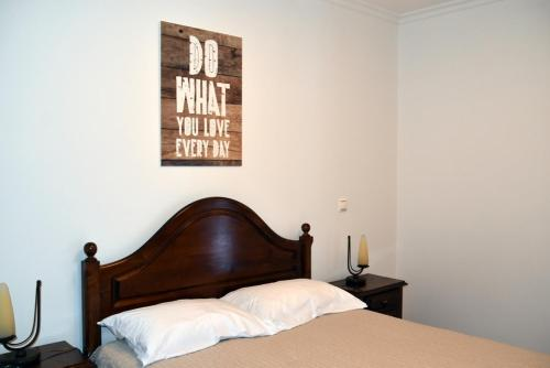 A bed or beds in a room at Casa do Outeiro