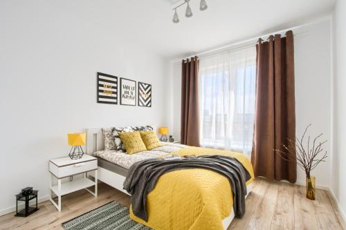 A bed or beds in a room at M&R Apartament Airport&Business Premium Komputerowa