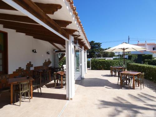 Un restaurante o sitio para comer en Hostal Port Fornells