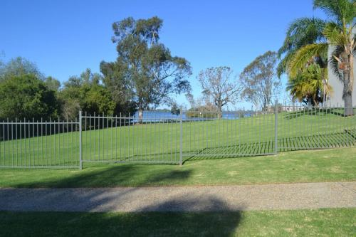 Tennis and/or squash facilities at ELSINOR Townhouse 4 Mulwala or nearby