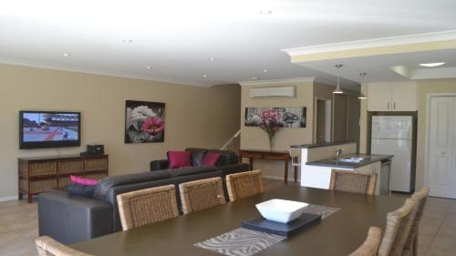 A seating area at ELSINOR Townhouse 7 Mulwala