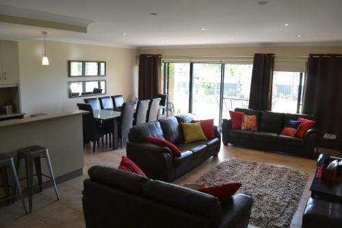 A seating area at ELSINOR Townhouse 8 Mulwala