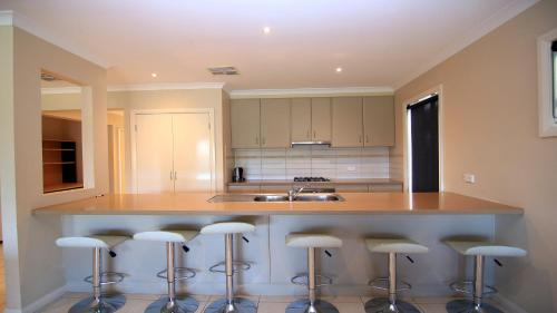 A kitchen or kitchenette at 'The Anchorage by the Lake'