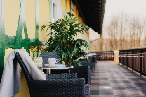 Ein Restaurant oder anderes Speiselokal in der Unterkunft Hotel Restaurant 7 Berge am Schlehberg