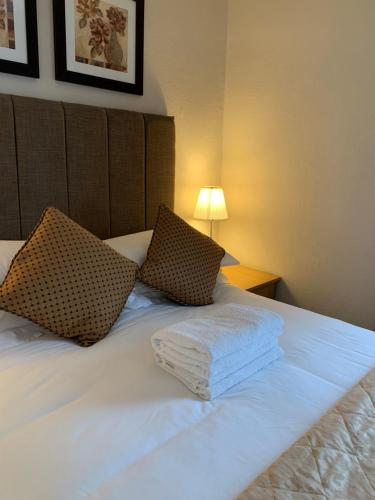 A bed or beds in a room at The Upper Largo Hotel & Restaurant