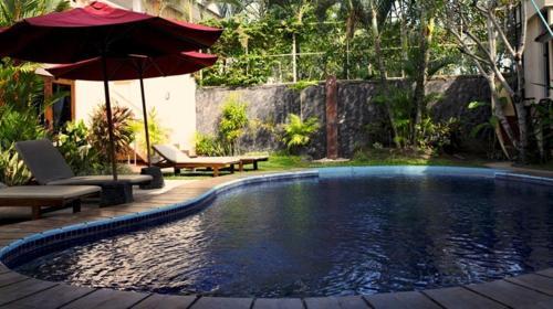 The swimming pool at or close to Niramaya Villa