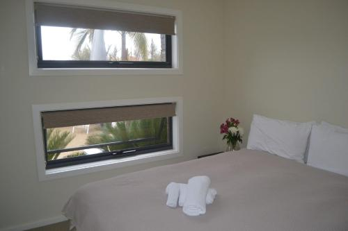 A bed or beds in a room at Tempo Place - Mulwala