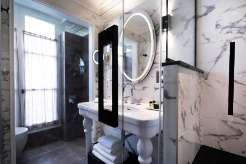 A bathroom at Hôtel des Grands Hommes