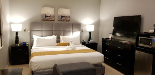 A bed or beds in a room at Best Western Plus Belize Biltmore Plaza