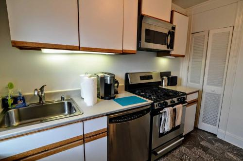 A kitchen or kitchenette at 2123 R St Nw #3 Apts