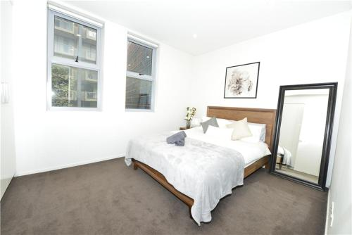 A bed or beds in a room at Alora Apartment in Sydney CBD - Darling Harbour