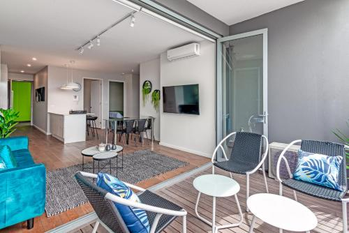 A seating area at Large Light Luxe 3BDR 2BA Free Parking - walk to Sydney Uni and RPA