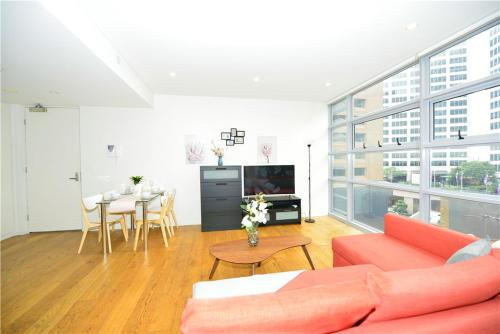 A seating area at Alora Apartment in Sydney CBD - Darling Harbour