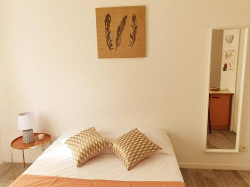 A bed or beds in a room at Neoresid - Résidence Clos Morlot