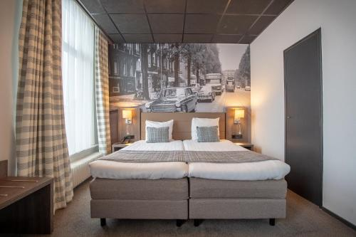 A bed or beds in a room at Hotel Cornelisz