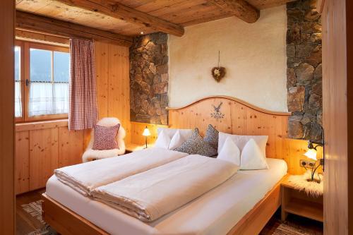 Ein Bett oder Betten in einem Zimmer der Unterkunft Almdorf Flachau