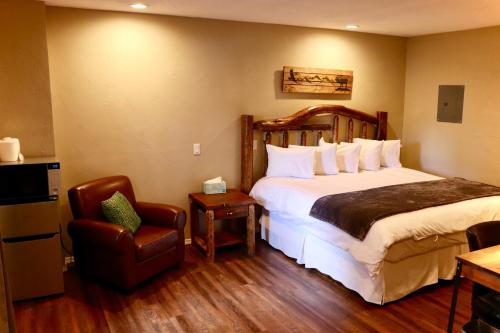 A bed or beds in a room at Evergreen Motel