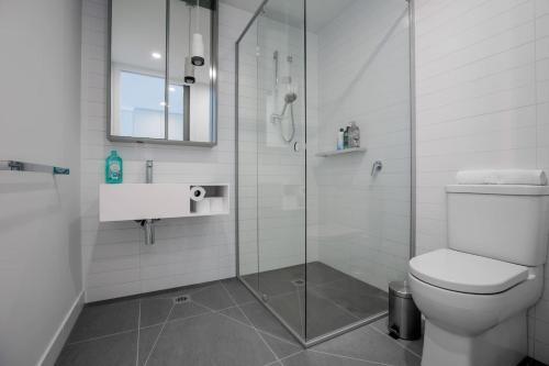 A bathroom at [Modern City] Comfy and warm Apt@Parkville+Carpark