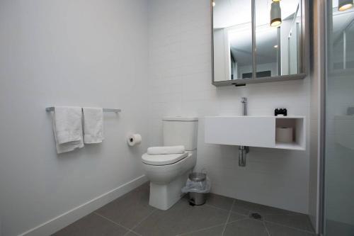 A bathroom at Stunning 2 bdrms APT@Parkville「Free carpark+wifi」