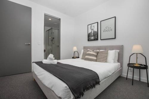 A bed or beds in a room at 「Green-hood」Stunning 2 bedrooms Apt@parkville