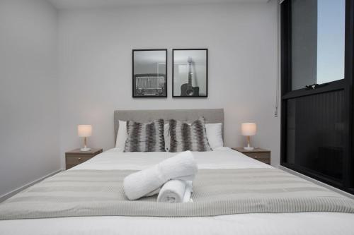 A bed or beds in a room at 「Chocolate Taste」1 bdrm Apt@Pakrville+Free parking