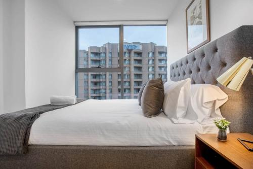 A bed or beds in a room at City Living@Best Location With 2 Beds In Melbourne
