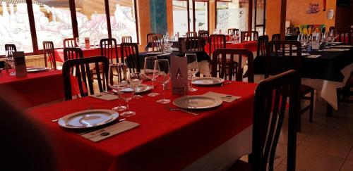 Un restaurante o sitio para comer en Hostal La Maravillosa
