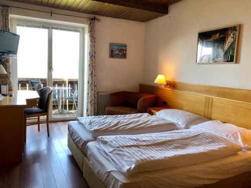 Ein Bett oder Betten in einem Zimmer der Unterkunft Hotel Schöne Aussicht