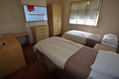 A bed or beds in a room at Racecourse House