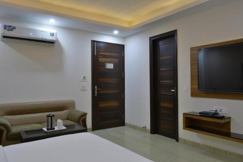 Телевизор и/или развлекательный центр в Hotel Tara Palace Daryaganj