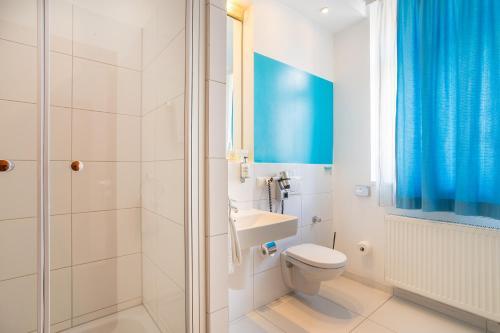 A bathroom at Hotel Bayrischer Hof