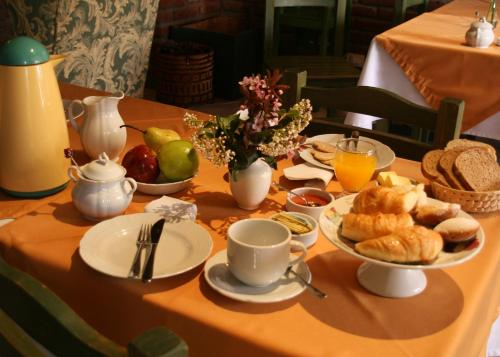 Breakfast options available to guests at Hostería Canela B&B