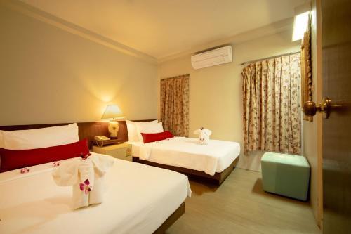 A bed or beds in a room at Villa Cha-Cha Banglumphu