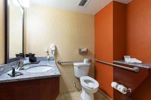 A bathroom at Sleep Inn & Suites Dyersburg I-155
