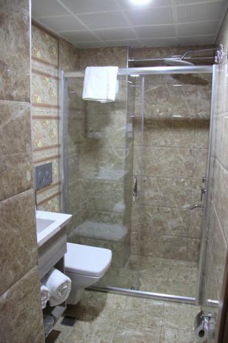 A bathroom at Kaya Madrid Hotel