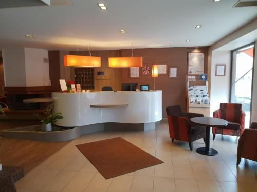 The lobby or reception area at Hotel de la Gare Troyes Centre