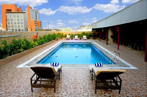 Бассейн в Excelsior Hotel Downtown или поблизости