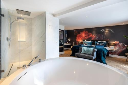A bathroom at Van der Valk Hotel Leiden