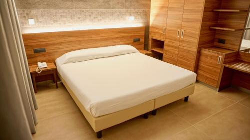 A bed or beds in a room at Kolping Hotel Casa Domitilla
