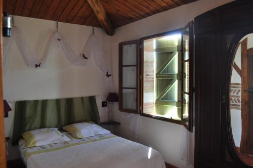 A bed or beds in a room at Le Poulailler