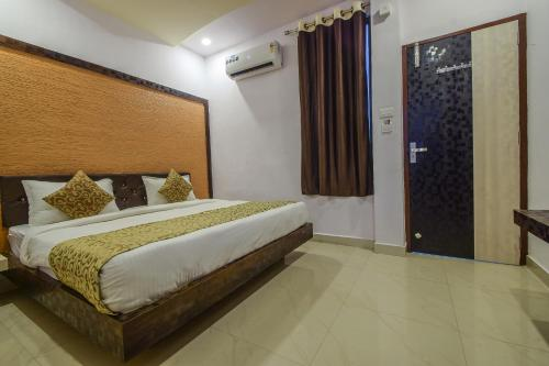 A bed or beds in a room at OYO 22099 Hotel Westwood Udaipur