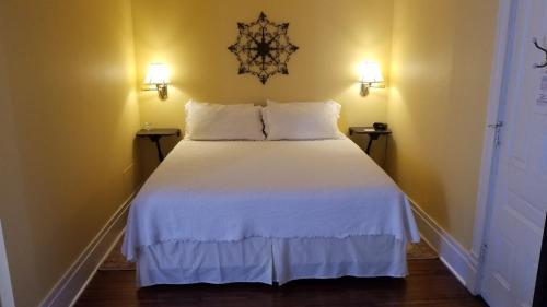 A bed or beds in a room at C.W. Worth House Bed and Breakfast